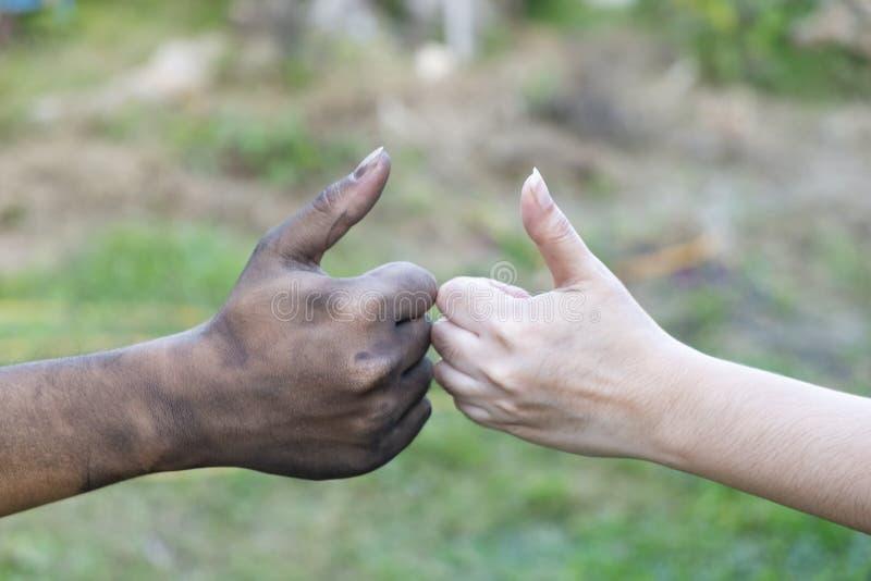 Sluit man en vrouwen omhoog handen wat betreft het samenhouden op vage achtergrond voor de dagconcept van de liefdevalentijnskaar royalty-vrije stock afbeeldingen