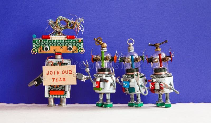 Sluit me aan bij ons teamconcept Vier grappige robots die een nieuwe medewerker in bedrijfteam zoeken Rekrutering en headhinting  stock foto