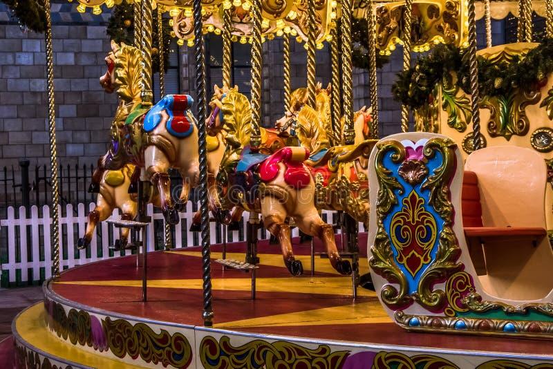 Sluit mening van vrolijk-gaan-Ronde die carrousel bij nacht omhoog wordt verlicht stock fotografie