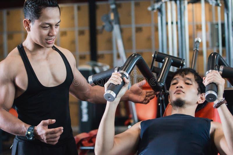 Sluit menings omhoog knap Aziatisch mannetje die borstoefeningen doen royalty-vrije stock afbeeldingen