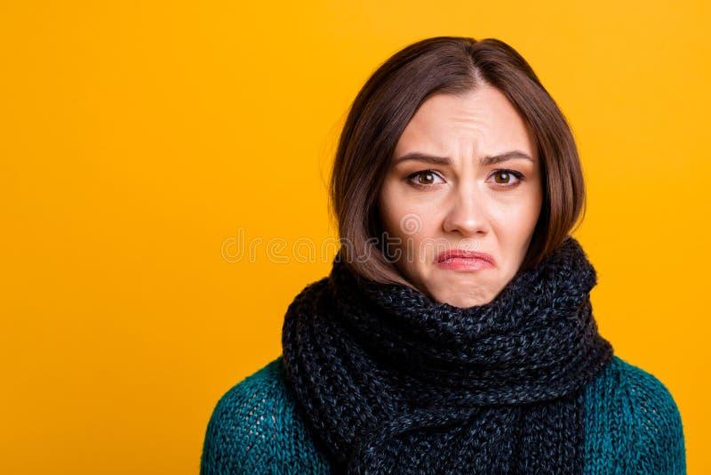 Sluit mooi foto die haar omhoog verbazen zij dame zachte warme sjaal rond betroffen dramatische wanhopig van de hals vreselijke s stock afbeeldingen