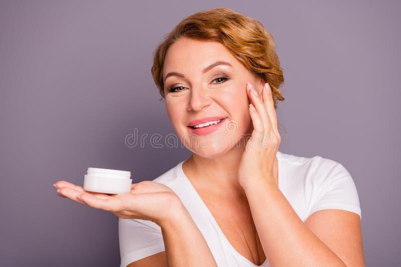 Sluit mooi foto die model omhoog verbazen zij haar dame die de procedure van de greephand smerend voorstellen dagelijkse room enk royalty-vrije stock foto's