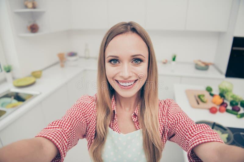 Sluit mooie omhoog foto zij haar damevoorbereidingen de heerlijke maaltijdschotel maakt selfies sociale keuken nemen blogger royalty-vrije stock foto's