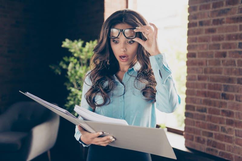 Sluit mooie omhoog foto zij haar van de de wapensgreep van bedrijfsdamehanden bril van de de omslagdocumentatie grote die op voor royalty-vrije stock afbeeldingen