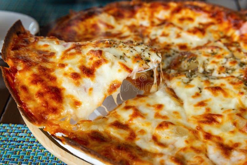 Sluit nadruk op plak van hete kaaspizza royalty-vrije stock afbeeldingen