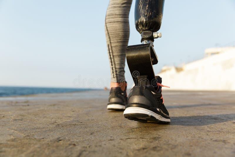 Sluit omhoog achtermening van gehandicapte atletenvrouw stock foto