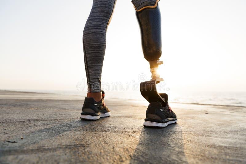 Sluit omhoog achtermening van gehandicapte atletenvrouw stock foto's