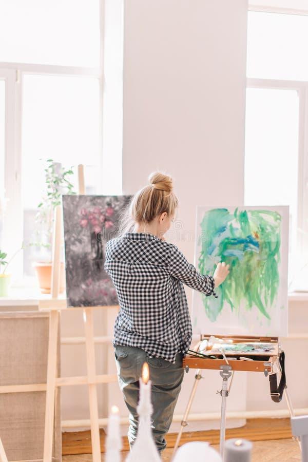 sluit omhoog achtermeningsfoto het jonge meisje is goed bij het schilderen royalty-vrije stock foto