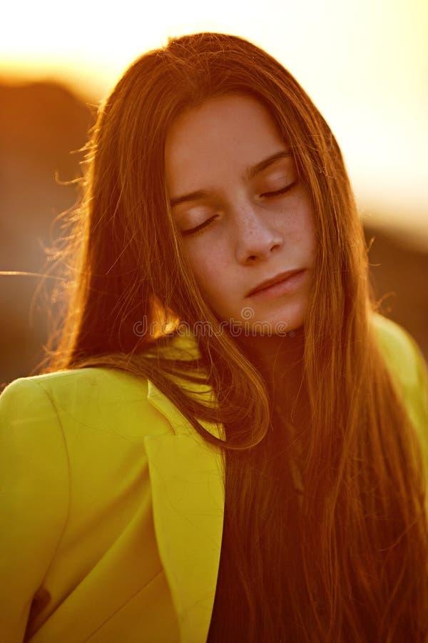 Sluit omhoog achterportret Mooie vrouw status bij het overzees Meisje in een blauwe kleding royalty-vrije stock fotografie