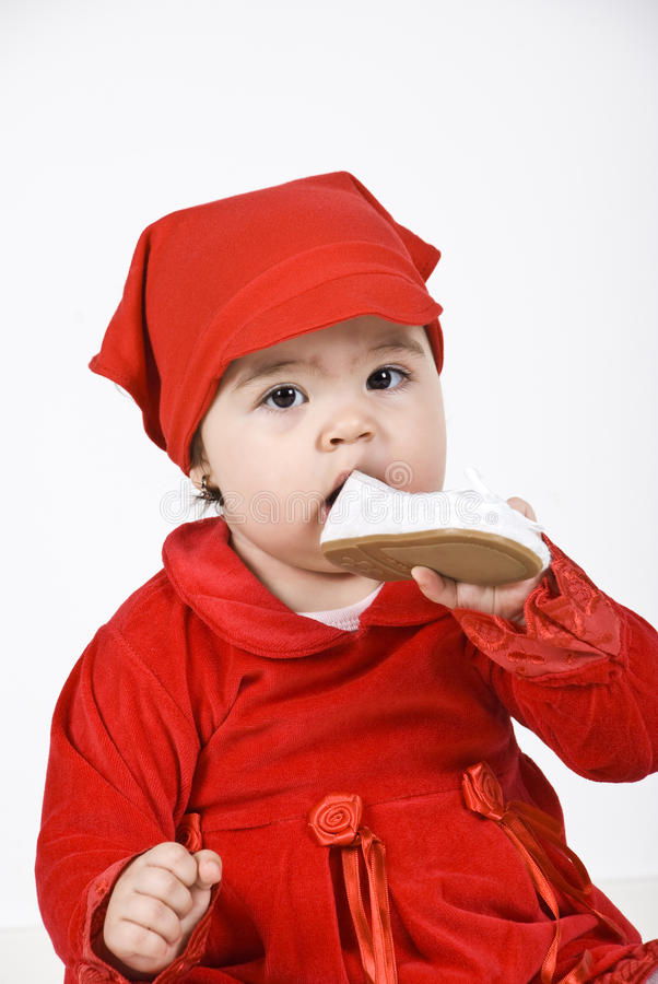 Sluit omhoog babymeisje in rood stock foto