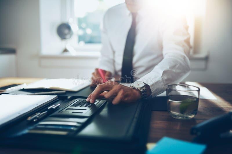 Sluit omhoog, bedrijfsmens of advocaataccountant die aan rekeningen werken royalty-vrije stock foto