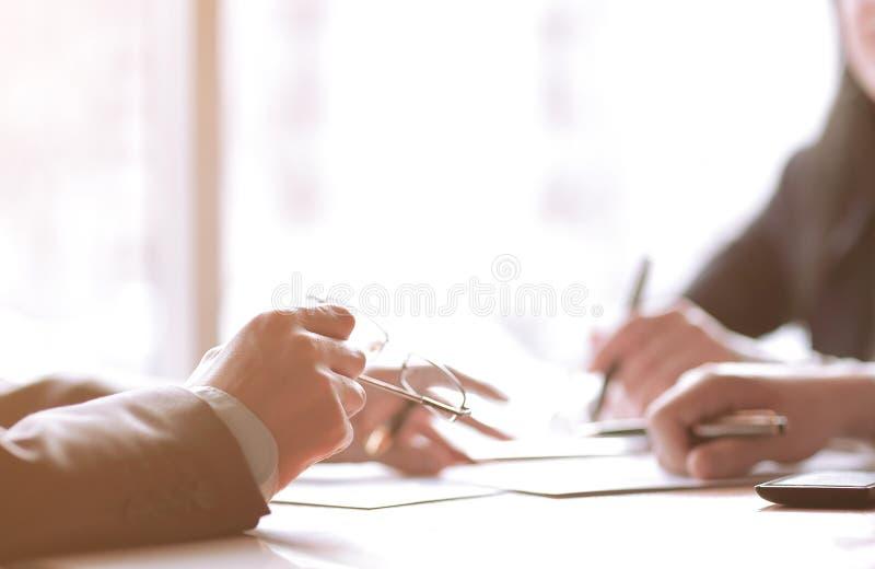 Sluit omhoog bedrijfsmensen die financiële informatie bespreken royalty-vrije stock foto
