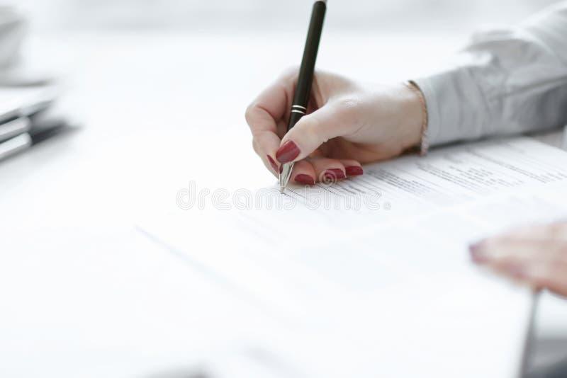 Sluit omhoog bedrijfsvrouw die een winstgevend contract ondertekenen stock afbeelding