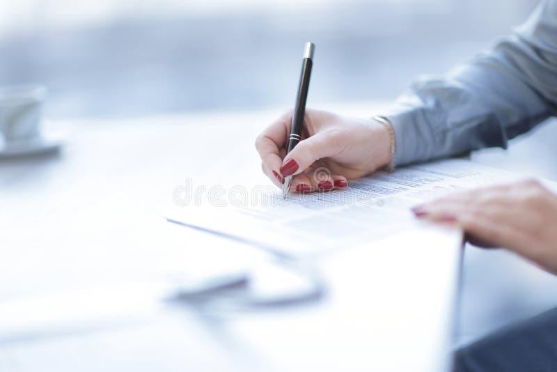 Sluit omhoog bedrijfsvrouw die een winstgevend contract ondertekenen royalty-vrije stock fotografie