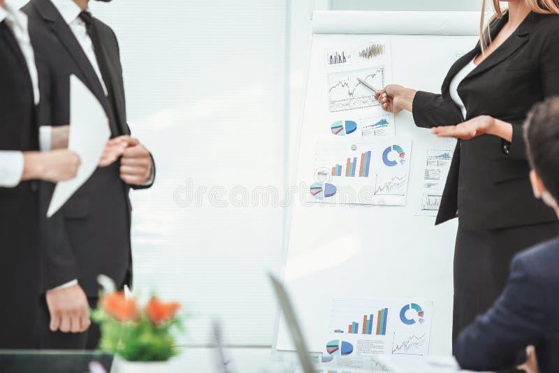 Sluit omhoog bedrijfsvrouw die tot een presentatie maken aan zijn commercieel team stock foto's