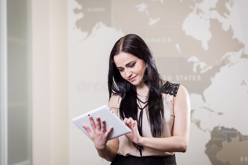 Sluit omhoog beeld van bedrijfsvrouw die een digitale tablet, Starti houden royalty-vrije stock fotografie