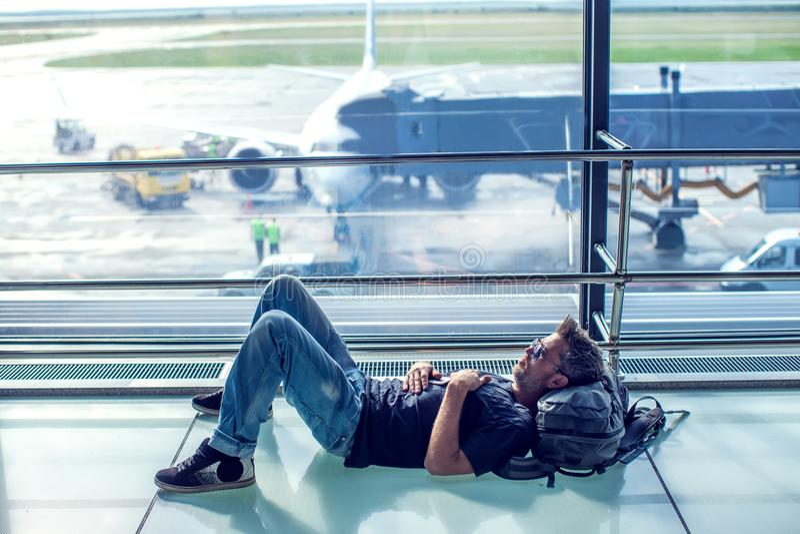 Sluit omhoog beeld van de jonge mens die bij de luchthaventerminal wachten op royalty-vrije stock foto