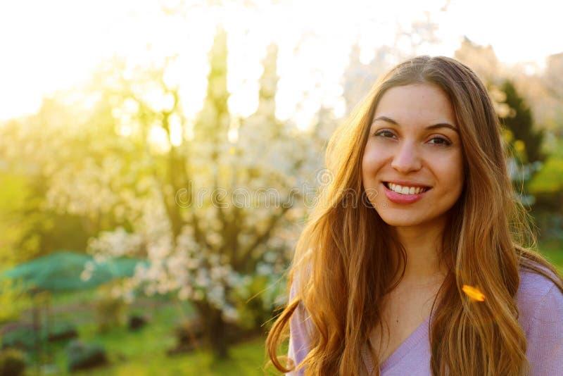 Sluit omhoog beeld van gelukkige donkerbruine vrouw in de lente of de herfstkleren die in openlucht stellen royalty-vrije stock afbeelding