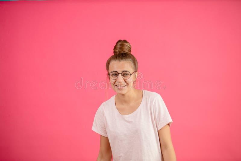 Sluit omhoog beeld van glimlachende jonge vrouw met broodje stock afbeeldingen