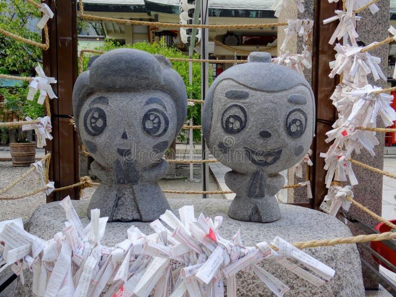 Sluit omhoog beeld van het kleine de steenstandbeeld van Ohatsu en Tokube-bij het Tsuyunoten-Heiligdom in Osaka stock fotografie