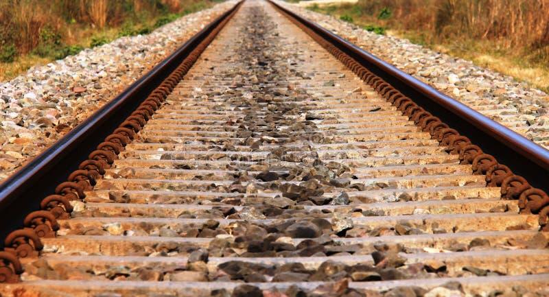 Sluit omhoog beeld van het spoor van de Spoorweg in landelijk India stock afbeelding