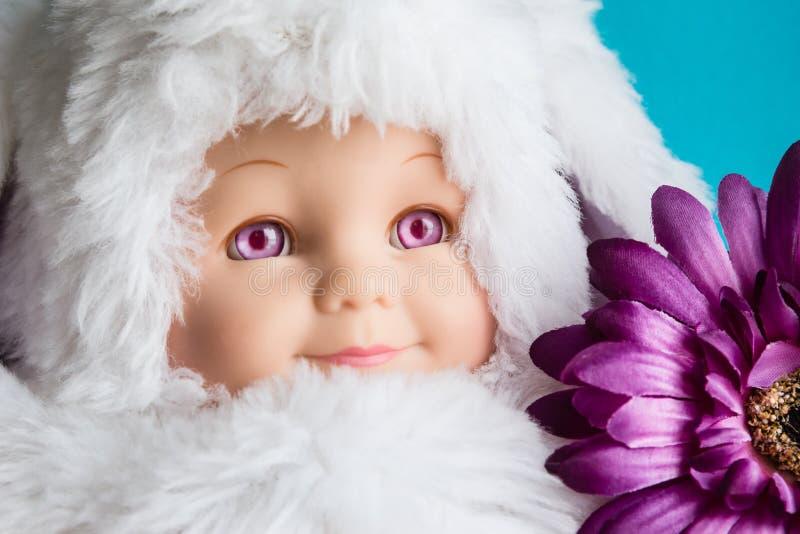 Sluit omhoog beeld van poppenhoofd met bontglb stock afbeeldingen