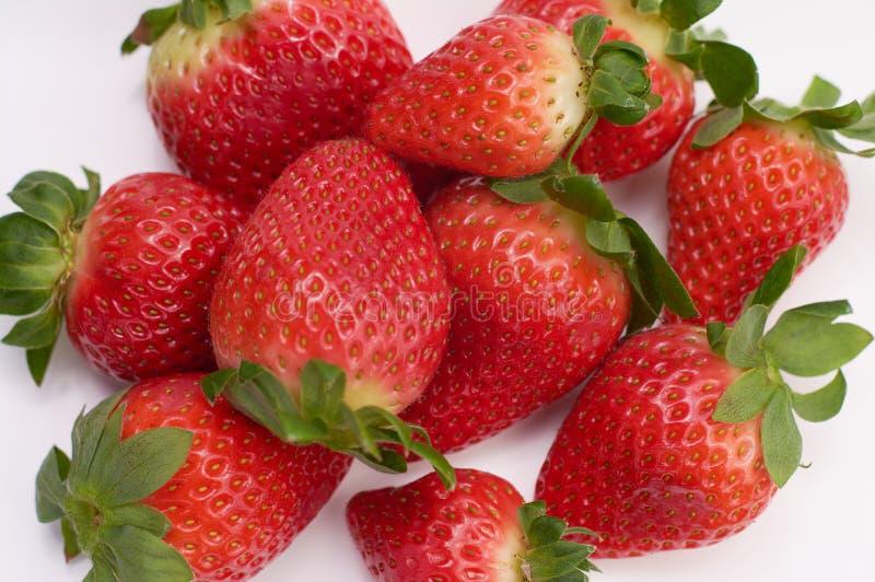sluit omhoog beeld van verse aardbeien met witte achtergrond stock afbeeldingen