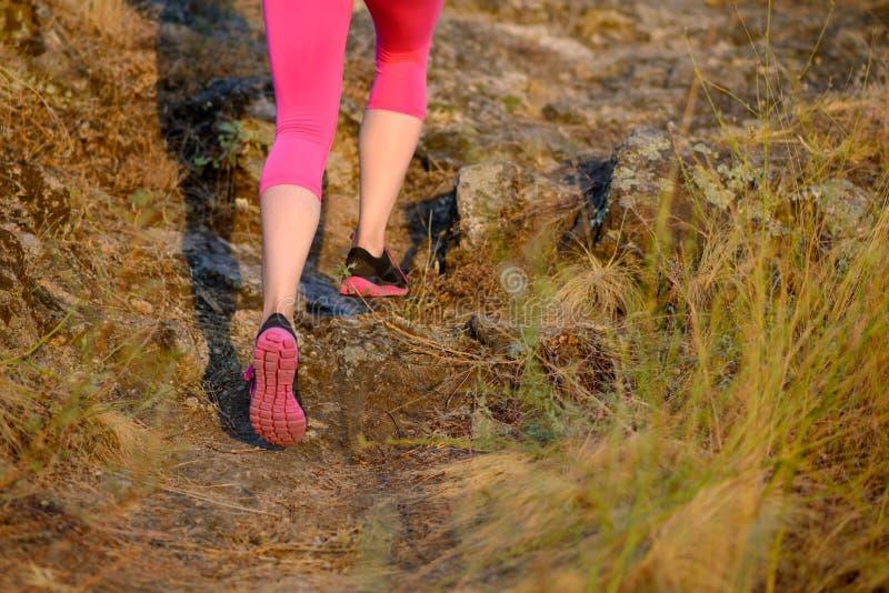 Sluit omhoog Beeld van Vrouwen` s Benen die op Bergsleep lopen Actief levensstijlconcept royalty-vrije stock afbeelding