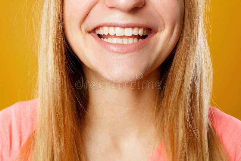 Sluit omhoog beeld van vrouwen` s tanden het glimlachen royalty-vrije stock foto