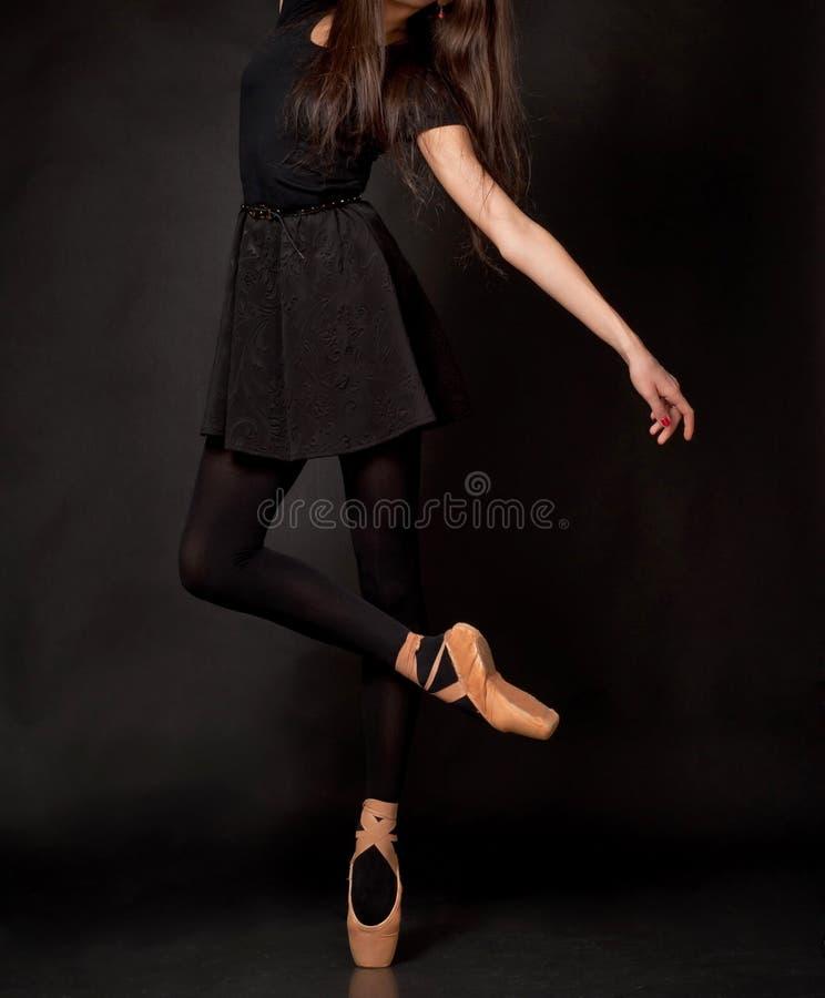 Sluit omhoog benen van ballerina stock foto's