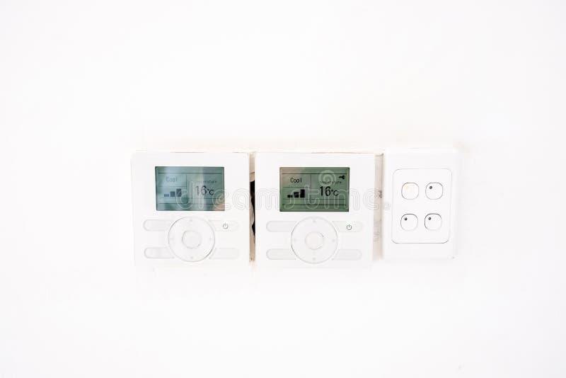 Sluit omhoog bij airconditionercontrolemechanisme op witte muur royalty-vrije stock afbeeldingen