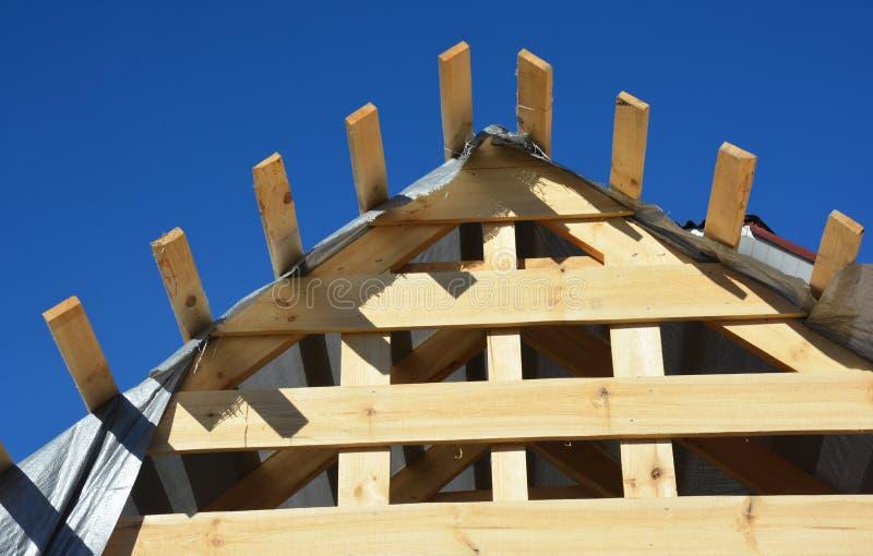 Sluit omhoog bij bouw van het huis de houten dakwerk Het installeren van Houten daksparren, logboeken, eaves, hout royalty-vrije stock afbeeldingen