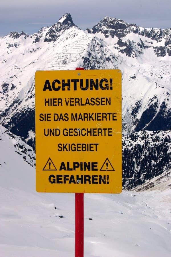 Sluit omhoog bij skiwaarschuwing stock fotografie