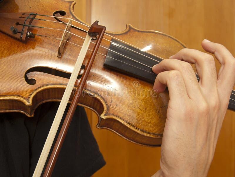Sluit omhoog bij viool het spelen stock foto's
