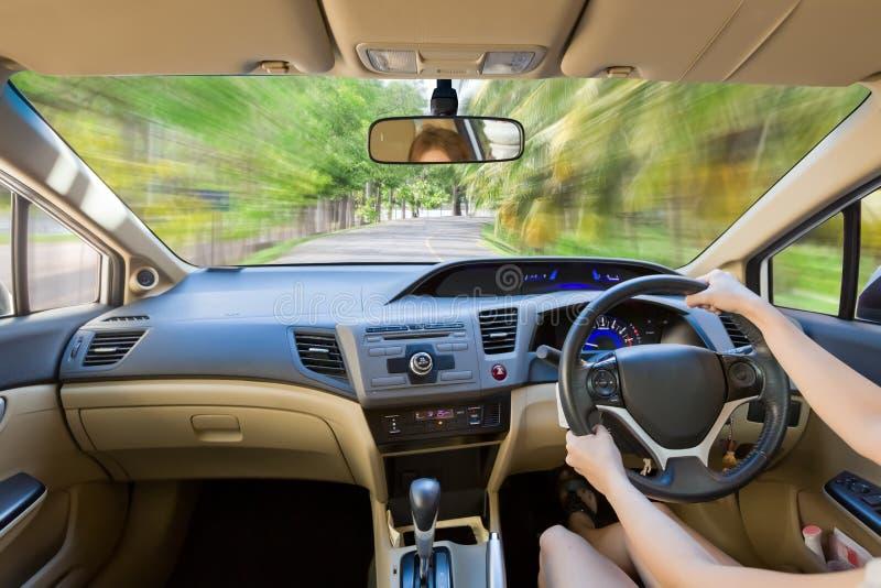 Sluit omhoog binnenlandse bestuurder binnen heldere auto royalty-vrije stock afbeeldingen