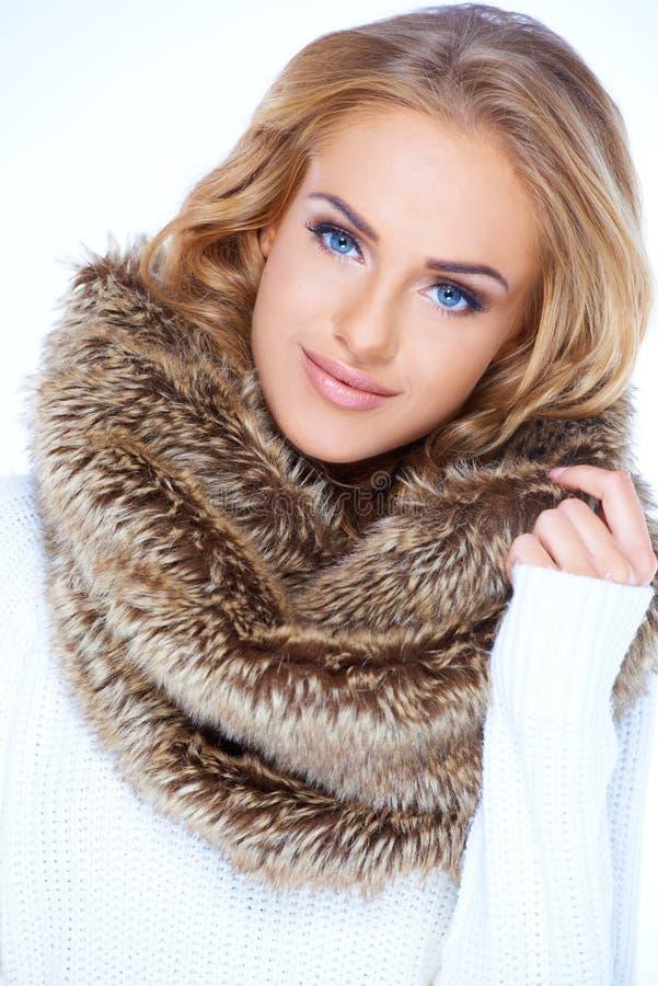 Sluit omhoog Blonde Vrouw in Bont Bruine Sjaal royalty-vrije stock afbeelding