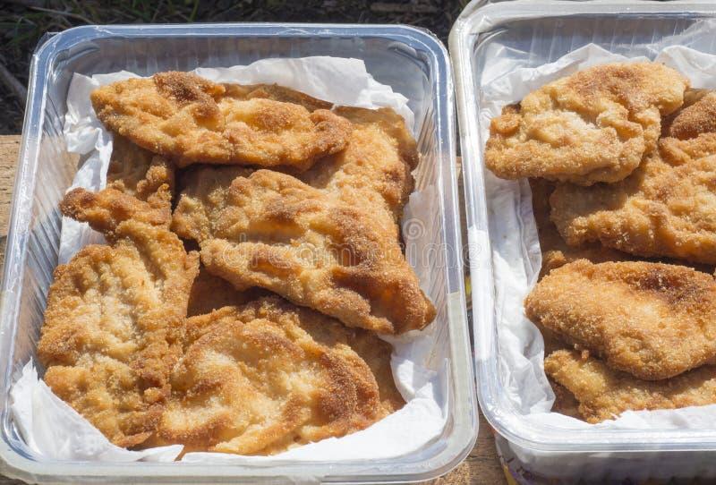 Sluit omhoog boog met lapje vlees van het worstje het schnitzel gebraden die varkensvlees voor snack op reis wordt ingepakt stock afbeelding