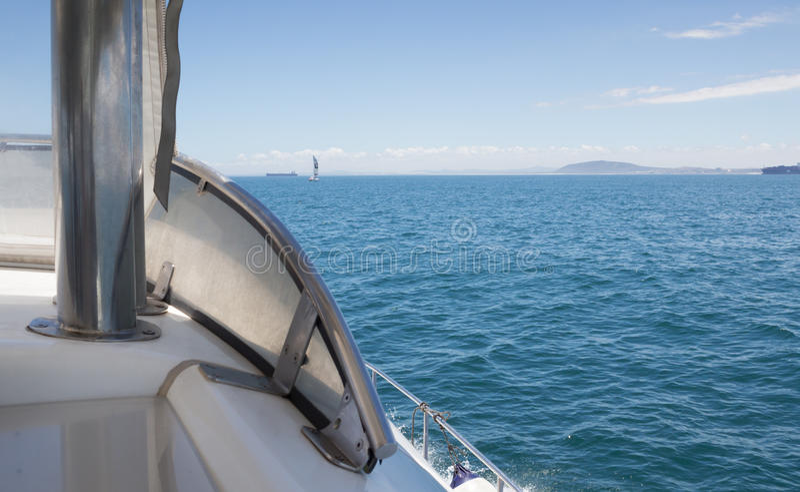 Sluit omhoog boog van motorboot die boten op de oceaan overgaan stock foto