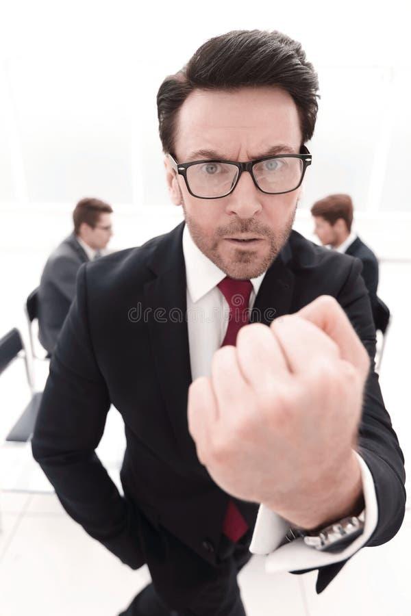Sluit omhoog boze zakenman die vuist tonen royalty-vrije stock afbeelding