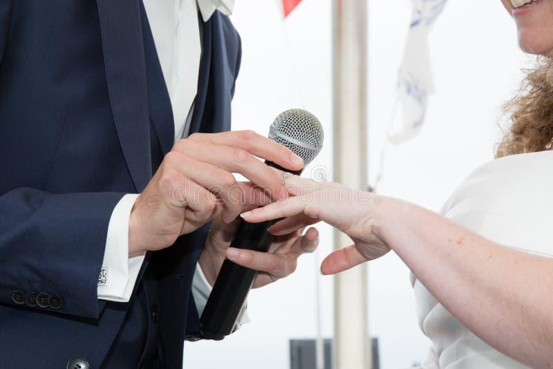 Sluit omhoog Bruidegom Put de Trouwring op bruid royalty-vrije stock fotografie