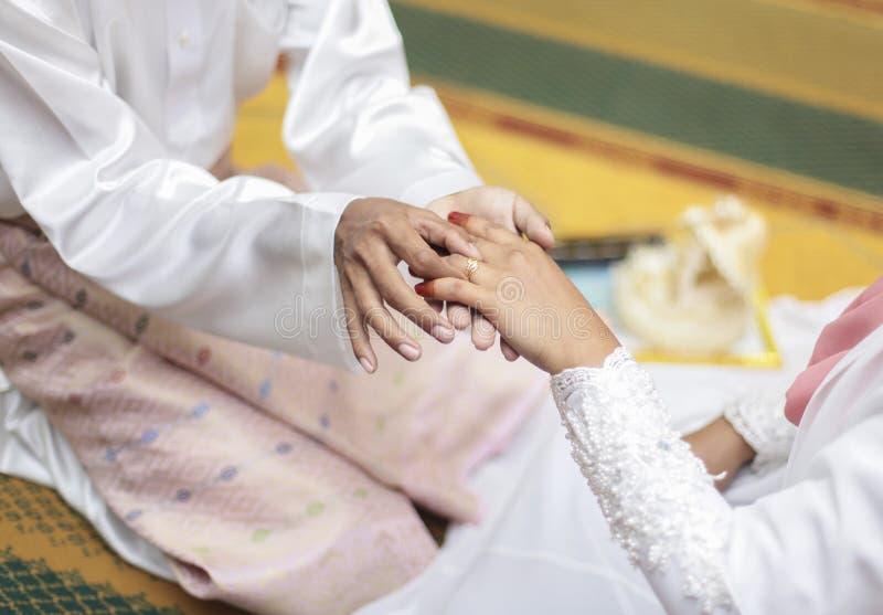 Sluit omhoog Bruidegom Put de Trouwring op bruid seletive focu Sha stock afbeelding