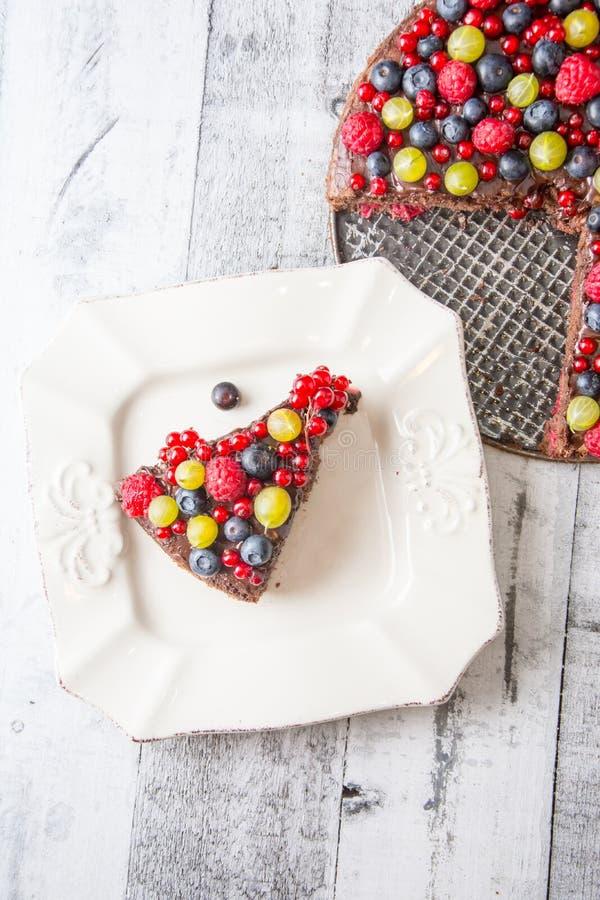 Sluit omhoog cake met bosvruchten stock afbeelding