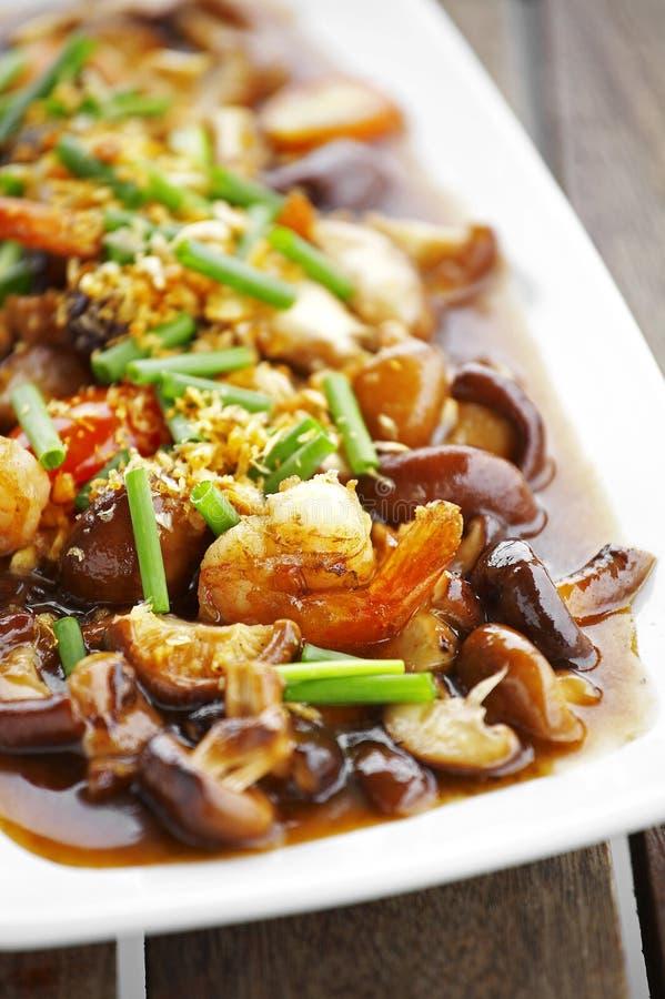 Sluit omhoog Chinees voedsel van paddestoel en gebraden garnalen royalty-vrije stock fotografie