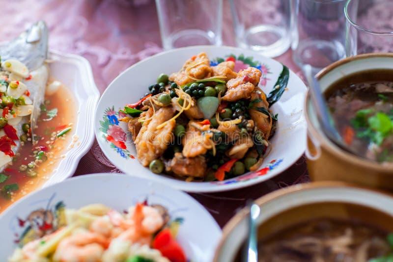 Sluit omhoog Chinese die garnalen met groente in Chinese voedselreeks worden gebraden, reeks voedsel in huwelijksceremonie stock foto's