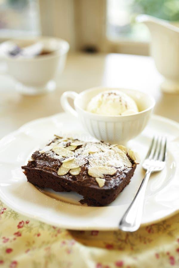 Sluit omhoog chocoladecake en amandelplak royalty-vrije stock fotografie