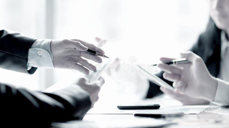 Sluit omhoog commercieel team die financiële gegevens bespreken Bedrijfs concept royalty-vrije stock foto