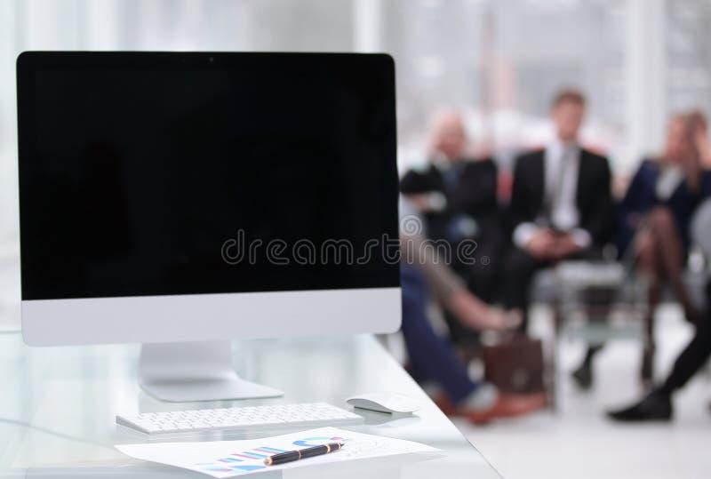 Sluit omhoog computer met het zwarte lege scherm en financiële grafiek op de Desktop stock fotografie