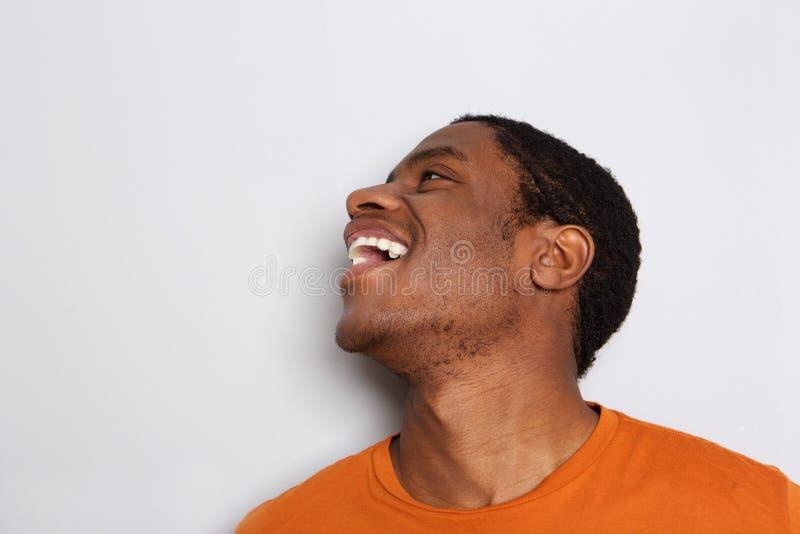 Sluit omhoog de Afrikaanse mens die tegen witte achtergrond lachen royalty-vrije stock afbeeldingen