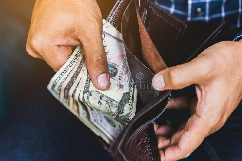 Sluit omhoog de Bedrijfsmens die het geld tellen dat van contant geld in portefeuille wordt uitgespreid royalty-vrije stock fotografie