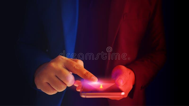 Sluit omhoog de bedrijfsmens en de veiligheid van de waarschuwingssmartphone Virusalarm royalty-vrije stock afbeeldingen